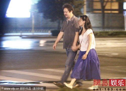 张元喝酒80后小女友相伴 深夜压马路浪漫手牵手