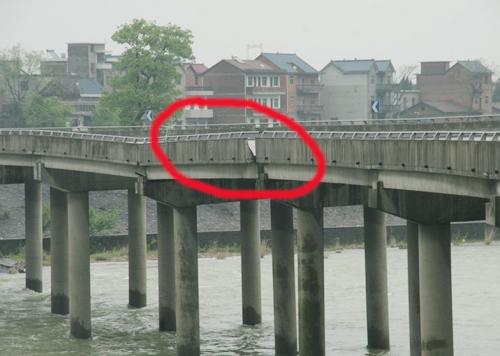 桥台翼墙出现斜向裂缝