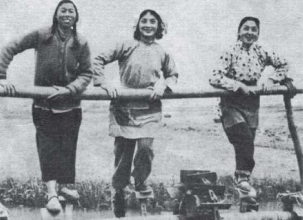 深入生活,与著名影星王丹凤等在上海郊区农村参加农业生产劳动.