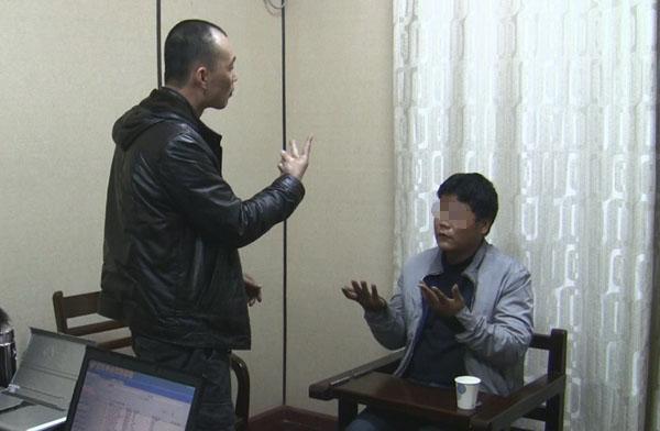 聋哑人审讯专家审讯犯罪嫌疑人 叶拥华 摄