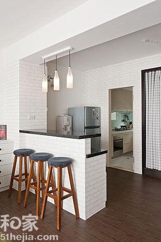 的壁纸,让小吧台呈现出砖砌的效果,加上木质吧台 ...